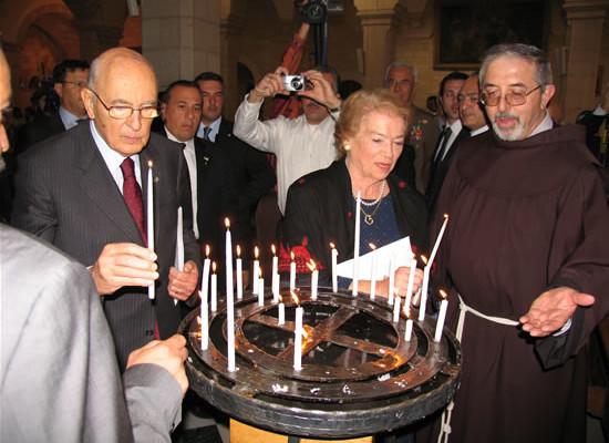 Il presidente e la consorte accendono una candela nella chiesa francescana di Santa Caterina.