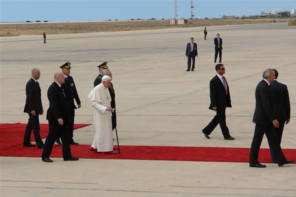 Affiancato dal presidente libanese, Ratzinger raggiunge il palco per i discorsi di saluto.