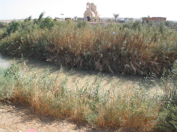 Il fiume e la sponda giordana con la chiesa greco ortodossa.