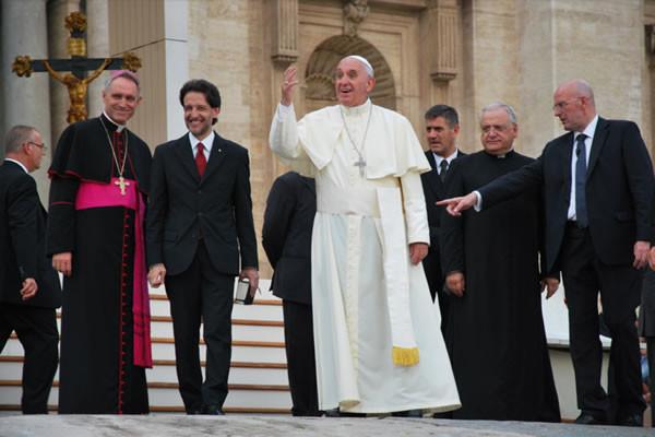 Salvatore Martinez alla destra di Papa Francesco, il 3 luglio scorso in piazza San Pietro.