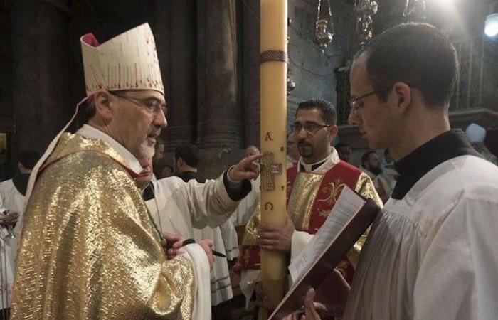Monsignor Pierbattista Pizzaballa, amministratore apostolico del patriarcato latino di Gerusalemme,  con il cero pasquale durante la Veglia del Sabato santo. (foto Nadim Asfour/CTS)