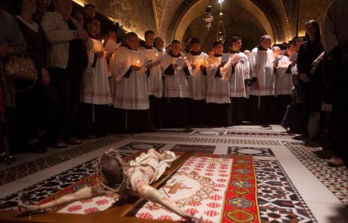 I frati minori guidano la celebrazione che commemora la deposizione e la sepoltura di Cristo (foto Marie-Armelle Beaulieu/CTS)