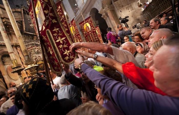 Nella basilica della Risurrezione, la calca e l'entusiasmo sono incontenibili. (foto Marie-Armelle Beaulieu/CTS)