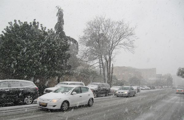 Nevica fitto, prudenza al volante...