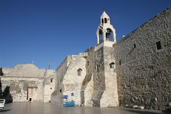 Betlemme. La basilica della Natività, con la sua piccola porta d'ingresso (nel muro in fondo verso sinistra), vista dalla piazza della Mangiatoia. (foto M. Gottardo)
