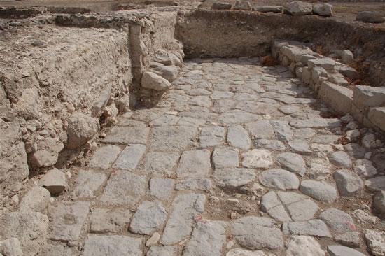 Un tratto ben conservato del decumano che attraversava la città di Magdala durante la dominazione romana. (foto G. Caffulli)