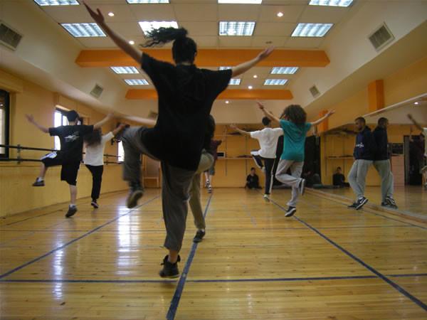La compagnia comprende 25 ballerini adulti e 40 giovanissimi.