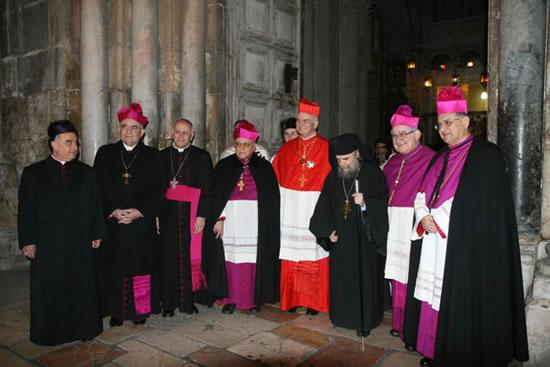 Sulla soglia della basilica il cardinal Foley, al termine del rito è attorniato da ecclesiastici. Alla sua destra il patriarca latino Michel Sabbah.
