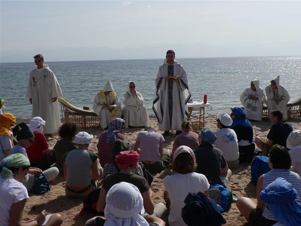Giovani pellegrini in riva al Mar Rosso.