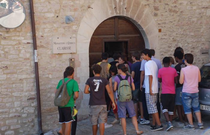 L'ingresso del monastero delle clarisse di San Quirico. Ancora oggi le porte si aprono spesso, ma per ricevere gruppi di giovani e fedeli interessati a conoscere la vita delle claustrali.