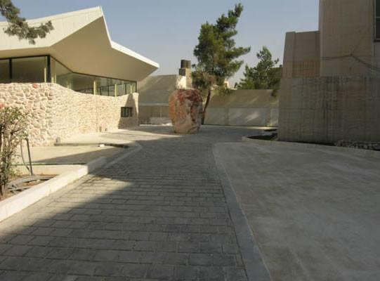 Una simbolica strada fiancheggiata da alcuni blocchi marmorei, opera dello scultore Vincenzo Bianchi di Isola di Liri, conduce dalla facciata del Memoriale alla nuova cappella.