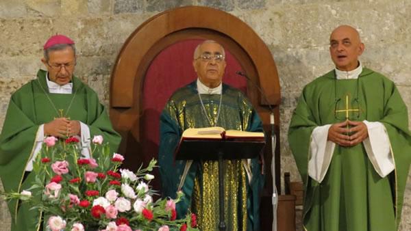 A fianco di mons. Lahham, l'arcivescovo di Pisa, mons. Benotto, e il rettore della basilica don Pyznar.