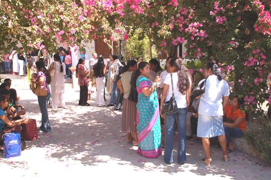 Al termine della Messa, dopo una settimana di duro lavoro, molti si fermano a socializzare nel giardino del convento, che ospita anche la nunziatura apostolica.