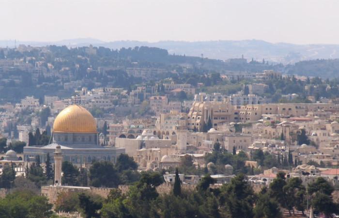 Il quartiere ebraico visto dal Monte degli Ulivi, oltre la Spianata delle Moschee su cui troneggia la Cupola della Roccia.