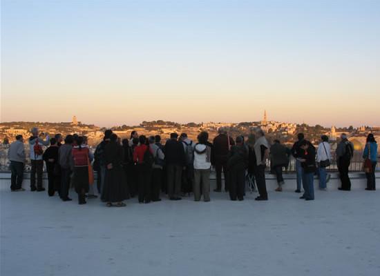 Un altro gruppo sul terrazzo panoramico del convento di San Salvatore, quartier generale della Custodia di Terra Santa.