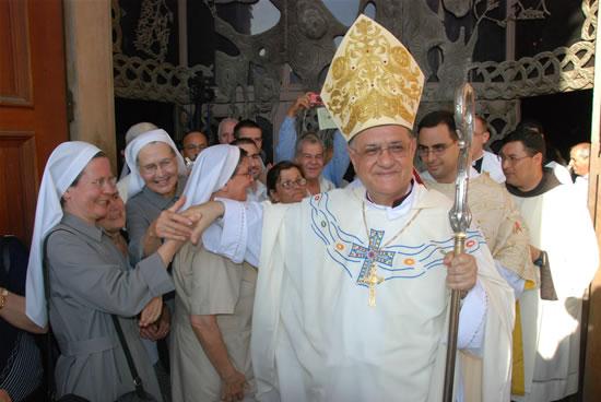 21 giugno. Terminata la celebrazione al Getsemani monsignor Twal è in un clima di festa.