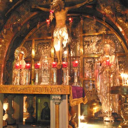 L'altare della cappella greco-ortodossa, sotto il quale i pellegrini si inchiano a toccare e venerare la roccia del Golgota. (foto J. Kraj)