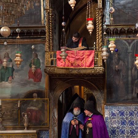Ecclesiastici armeni in San Giacomo, a Gerusalemme. (foto mab/Cts)