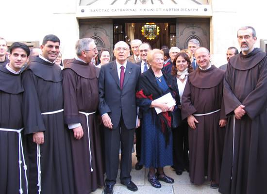 Foto di gruppo con i francescani nel chiostro di Santa Caterina.