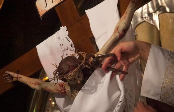 Dal Crocifisso vengono estratti i chiodi e tolta la corona di spine (foto Marie-Armelle Beaulieu/CTS)