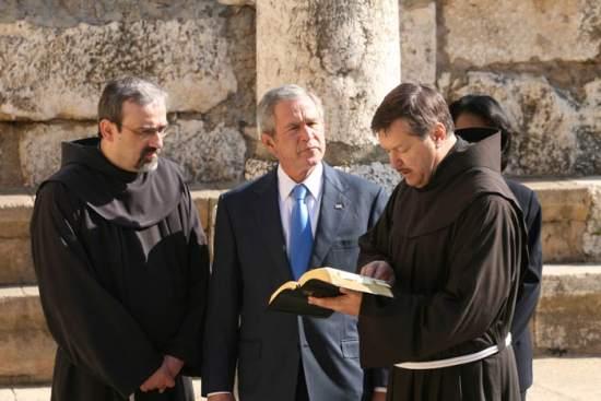 Fra Peter Vasko legge al presidente  e al segretario di Stato un brano del Vangelo che parla di Cafarnao.