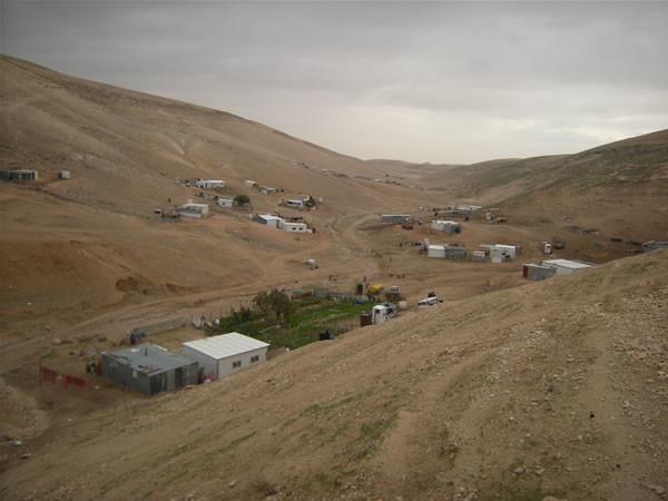 Un altro scorcio della vallata riarsa che ospita i beduini di Abu Hindi.