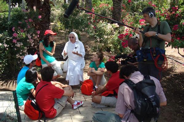 Suor Valeria incontra i ragazzi di <i>6 in Cammino</i> sul Monte delle Beatitudini.