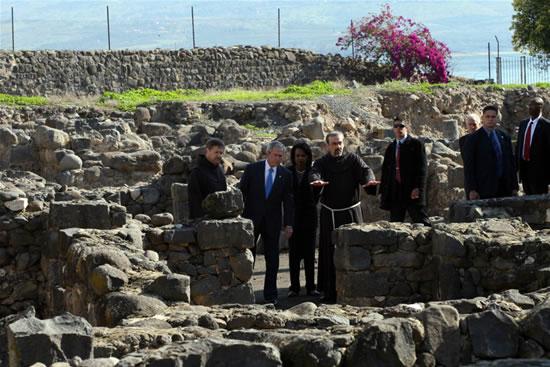 Fra Pizzaballa illustra agli ospiti gli scavi del villaggio di Cafarnao, in cui sorgeva la casa dell'apostolo Pietro.