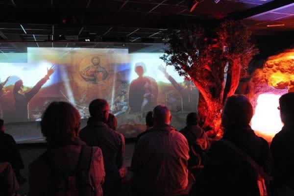 Un gruppo di visitatori assiste allo <i>show</i> multimediale sul ruolo di Maria nel mistero dell'Incarnazione.