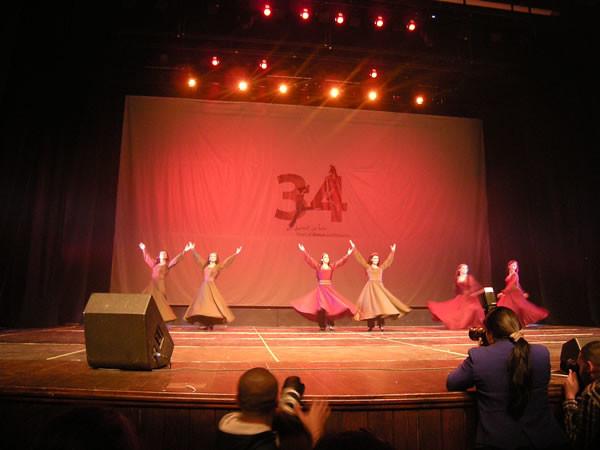 Danzatrici in scena con costumi variopinti.