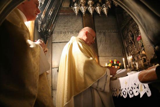 Gerusalemme, 8 gennaio 2008. Il card. Foley celebra la Messa sul piccolo altare posto sopra la pietra del Sepolcro.