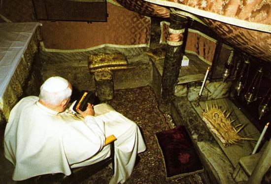 Betlemme, 22 marzo 2000. Giovanni Paolo II si raccoglie privatamente in preghiera nella Grotta della Mangiatoia.