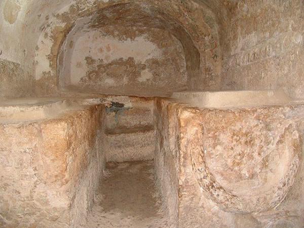 Due dei sarcofagi scavati nelle pareti della grotta.