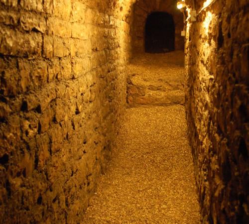 Uno dei cunicoli sotterranei del monastero di San Quirico. Vi si nascosero gli ebrei ospitati dalle clarisse durante le perquisizioni della polizia fascista.