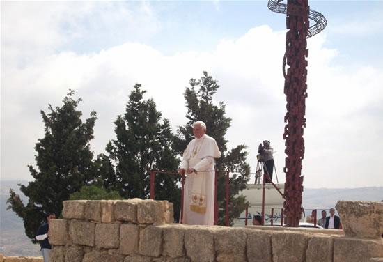 Monte Nebo, 9 maggio. Il Papa ammira l'ampio paesaggio sottostante.