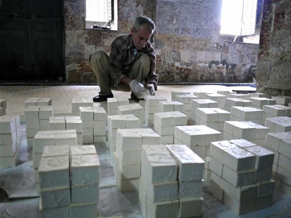 I pezzi di sapone vengono raccolti, uno ad uno, dal personale.