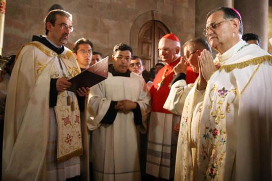 22 giugno. Il padre Custode, Pierbattista Pizzaballa, accoglie Twal che fa l'ingresso solenne al Santo Sepolcro. Gli è accanto il card. John Patrick Foley.