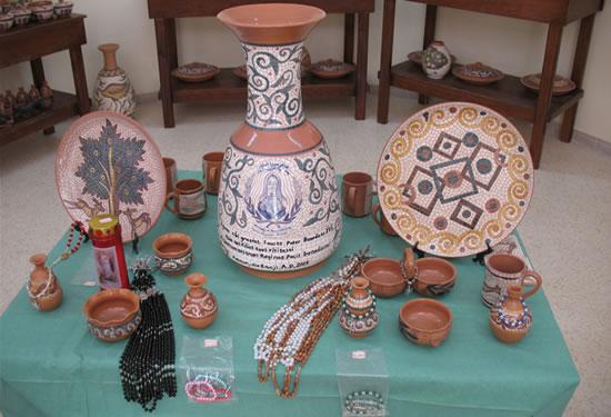 Alcuni oggetti prodotti dagli ospiti dell'Istituto. Al centro il vaso che verrà donato al Papa. (foto C. Giorgi)
