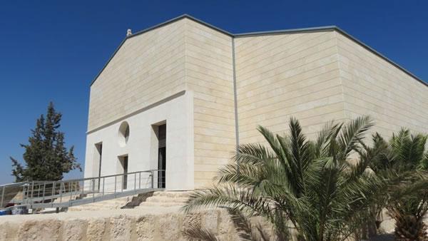 La facciata della nuova basilica al Memoriale di Mosè.