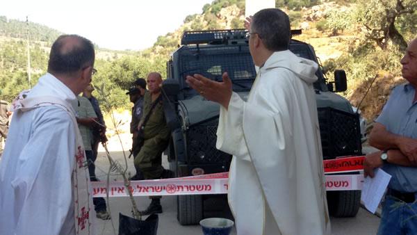 ... a pochi passi dai soldati israeliani.