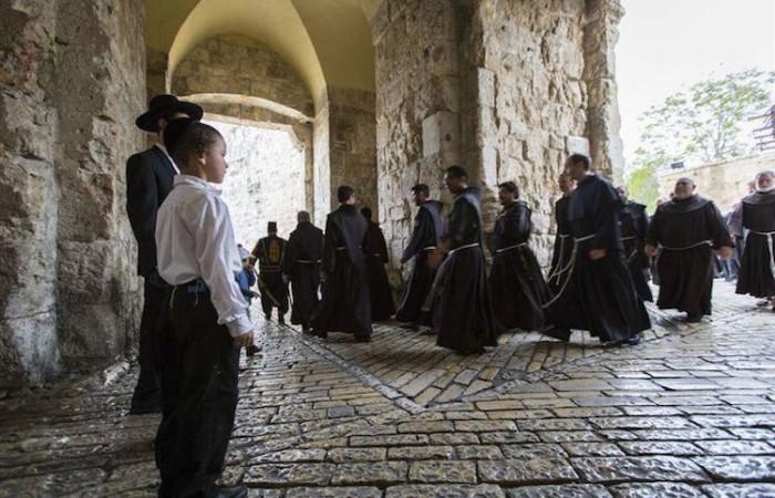 I frati in corteo nel Giovedì Santo si dirigono verso il Monte Sion per raggiungere il Cenacolo (foto CTS)