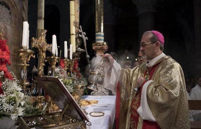 Monsignor Pizzaballa incensa la mensa eucaristica allestita davanti all'edicola che racchiude la tomba vuota del Signore Gesù. (foto Nadim Asfour/CTS)