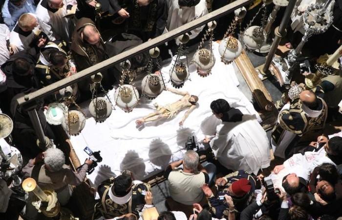 Il corpo del Cristo deposto, un momento intenso della celebrazione del Funerale di Gesù (foto Marie-Armelle Beaulieu/CTS)