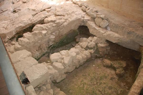 I resti di alcuni dei muri di un'abitazione ebraica del Primo secolo, all'ingresso del Centro.