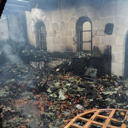 I vigili del fuoco documentano i danni.