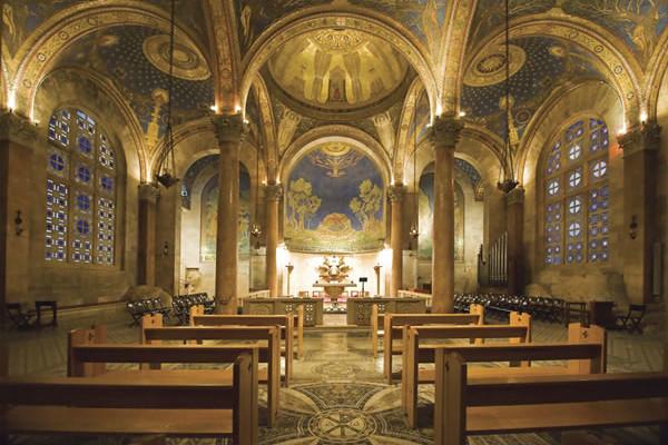 L'interno della basilica dell'Agonia (o «delle Nazioni») ai piedi del Monte degli Ulivi, a Gerusalemme. (foto P. Cagna)