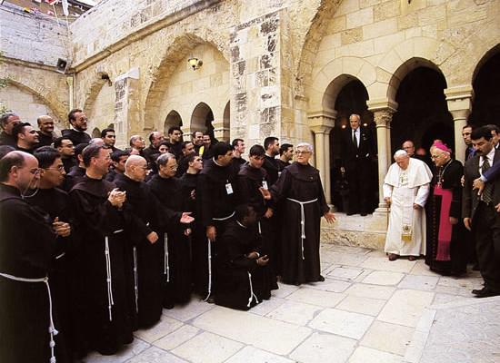Papa Wojtyla riceve l'omaggio dei francescani nel chiostro della chiesa di Santa Caterina, a Betlemme.