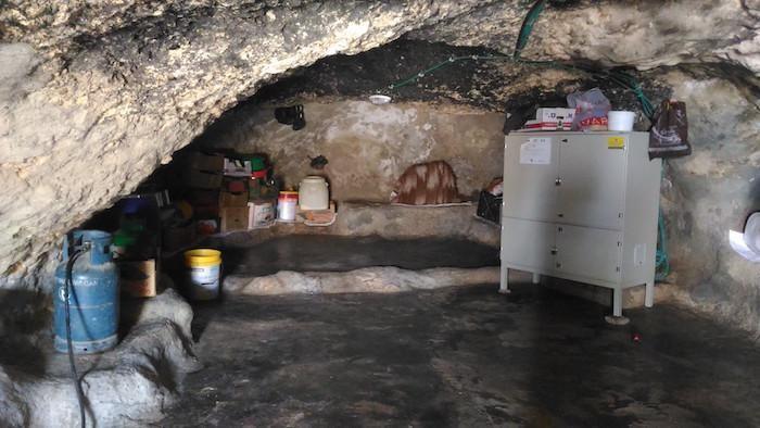 Gli israeliani negano i permessi di costruire nuove case e molti qui ripiegano nelle grotte...