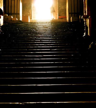 La luce irrompe in un santuario cristiano a Gerusalemme.