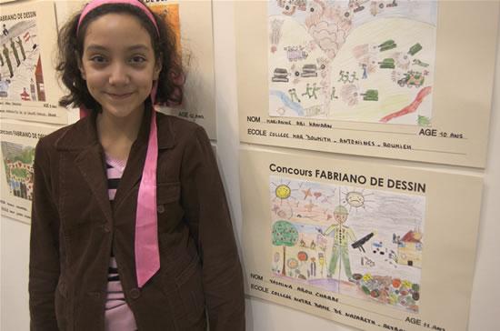 La piccola Yasmina, 11 anni, accanto al suo disegno.